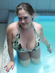 Silvia Calibresa posing her monster natural tits in the swimming pool!